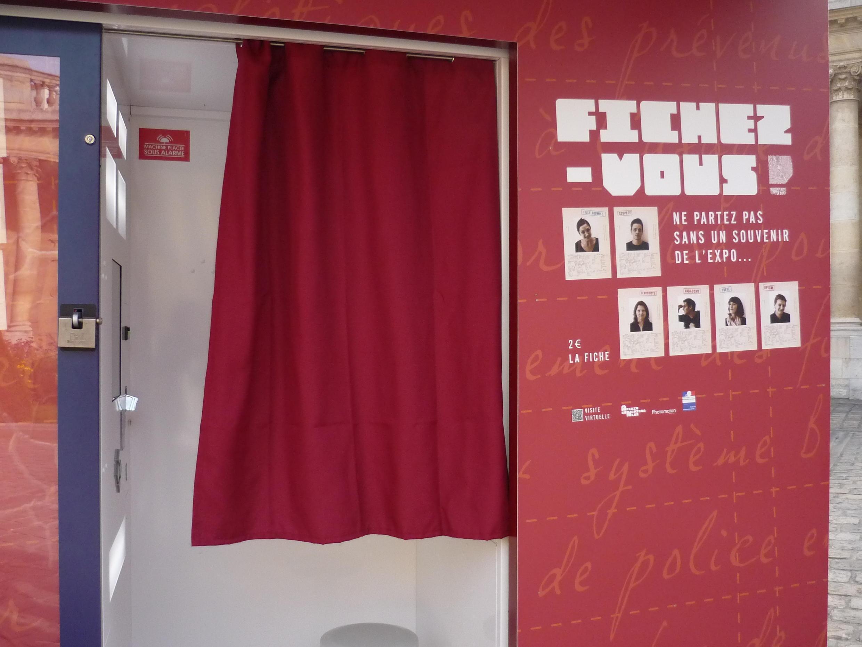"""Photomaton dans le jardin des Archives nationales lors de l'exposition """"Fichés ?"""""""