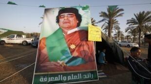 Сторонник Каддафи, пикетирующий напротив укрепленной резиденции диктатора в Триполи. 27/03/2011