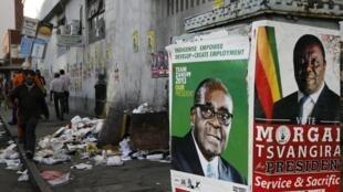 Robert Mugabe face à Morgan Tsvangirai dans une rue d'Harare, la capitale du Zimbabwe.