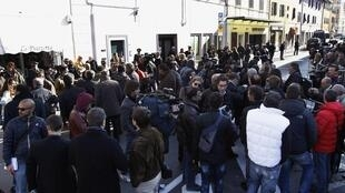 Толпа перед театром Moderno в Гроссето, где проходят слушания по делу Costa Concordia, 3 марта 2012 года