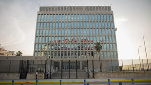 Ubalozi wa Marekani mjini Havana (Cuba) ambapo bendera za Cuba zinapepea, Julai 27, 2015.