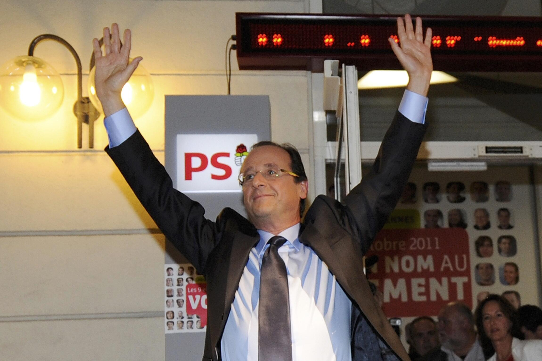 François Hollande, vencedor das eleições primárias socialistas de domingo celebra a sua vitória na sede do PS em Paris.