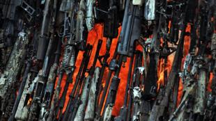 Imagem de arquivo da destruição de armas em Nairobi, Quénia, em Março de 2010. A Guiné-Bissau faz, agora, também guerra às armas.