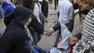Sơ tán người biểu tình bị thương trong cuộc biểu tình trước trụ sở bộ Nội vụ, Cairo, Ai Cập, 05/02/2012