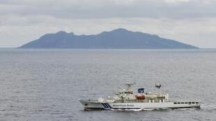 日本海防船在中日有争议的钓鱼岛(日本叫尖阁列岛)周围巡逻。