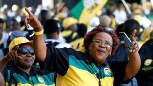 Militants entoam cantos à sua chegada ao 54° Congresso do ANC  em Soweto. 16 de  Dezembro de 2017