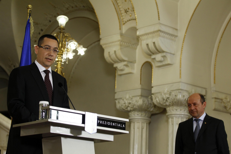 Thủ tướng Victor Ponta (trái) và tổng thống Basescu (REUTERS)