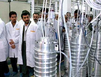 O presidente iraniano, Mahmoud Ahmadinejad, em visita à usina de enriquecimento de urânio de Natanz, em abril de 2008.