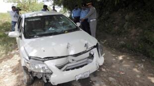"""خودرو آسیب دیده """"چودری ذوالفقار"""" دادستان اسلام آباد، مسئول تحقیق در مورد قتل بی نظیر بوتو، بعد از حمله افراد مسلح"""