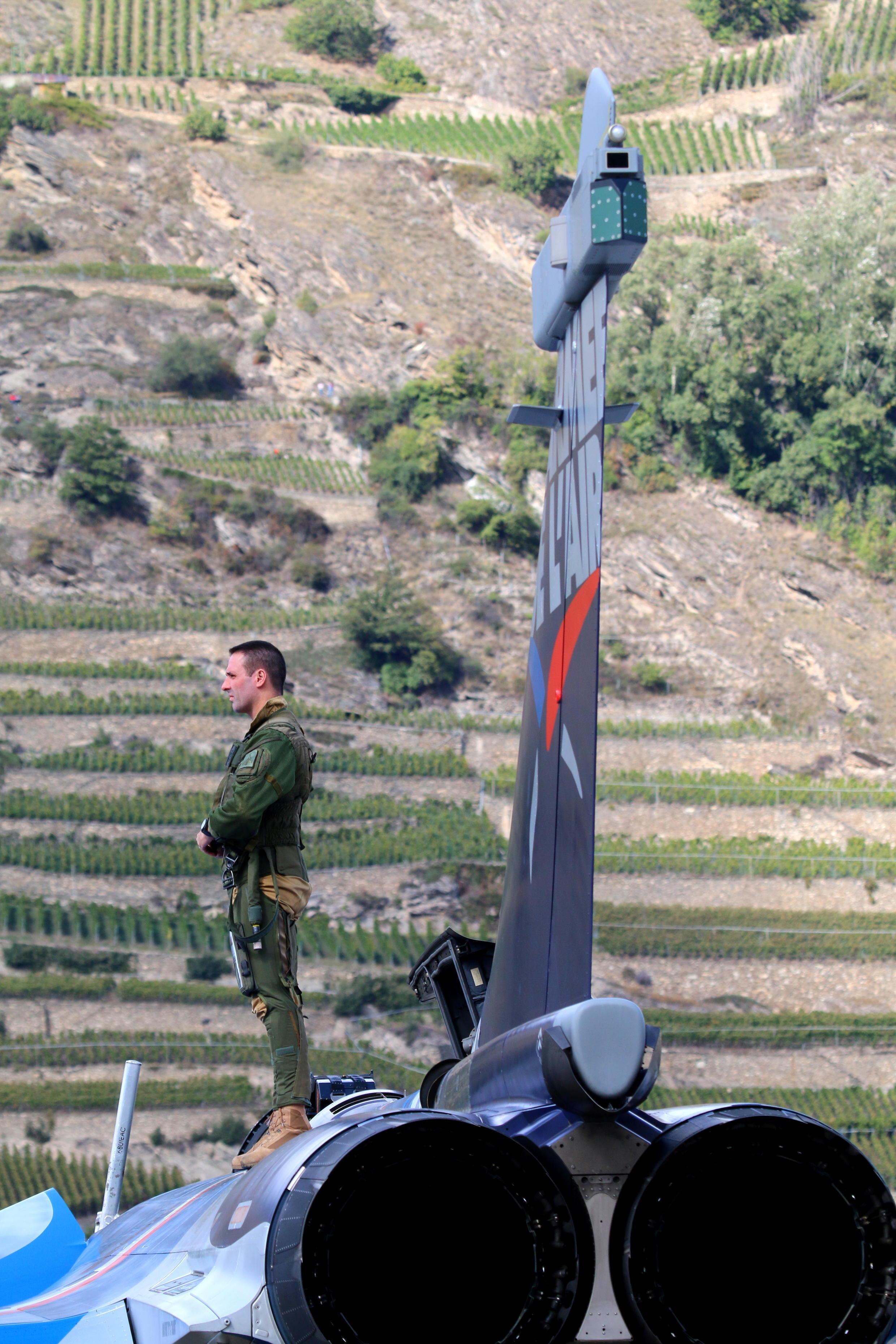 « Le Capitaine Marty » sur son avion de chasse avant de s'installer aux commandes pour la démonstration officielle du Rafale.