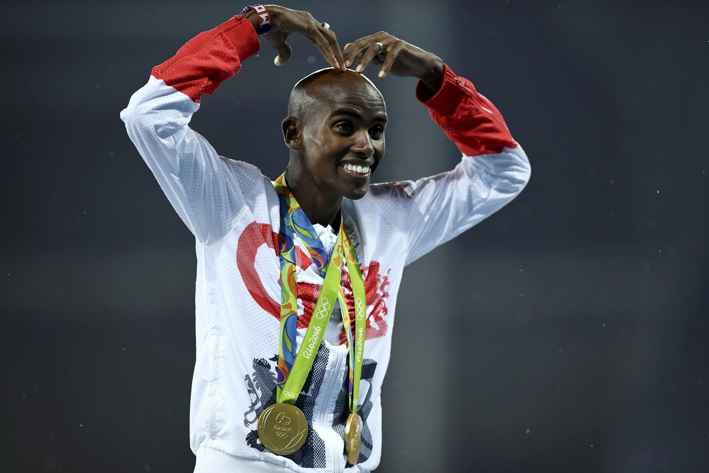 Mwanariadha wa Uingereza, Mo Farah akiwa amevaa medali zake mbili za dhahabu alizoshinda kwenye michezo ya Olimpiki ya Rio, Brazil.