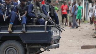 Des forces de sécurité congolaise près de la cathédrale Notre Dame à Kinshasa, le 25 février.