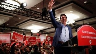 Justin Trudeau portait un gilet pare-balles, samedi 12 octobre 2019, dont les lignes se dessinaient sous ses vêtements. Mississauga, Ontario.