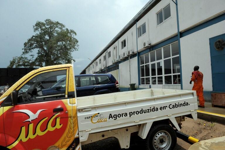 Un employé devant une des sept usines françaises où la «Cuca», la bière la plus vendue en Angola, est produite.