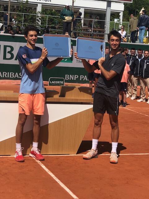 Matheus Pucinelli de Almeida (à esq.) e o argentino Thiago Tirante erguem o troféu de campeão de duplas de Roland Garros, em 08/06/19.