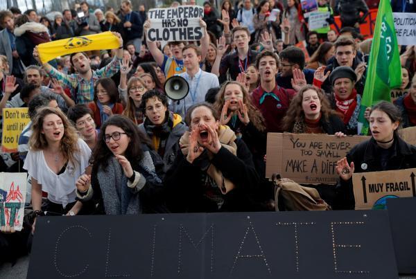 Do lado de dentro e de fora da COP 25 em Madri, jovens protestaram pelo clima (13/12/2019).
