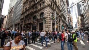 Passageiros na Fulton Street depois de deixarem a estação de metrô de mesmo nome.
