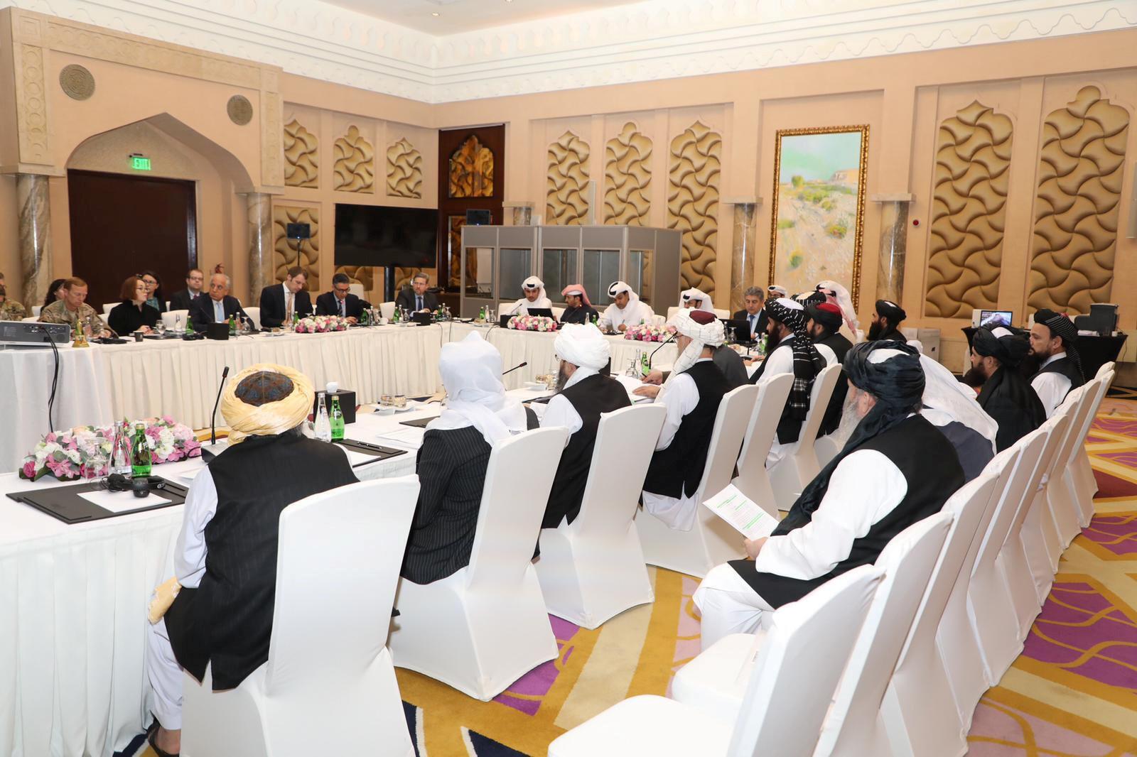 مقامات ایالات متحده آمریکا، طالبان و قطر، در جلسه مذاکرات صلح در دوحه.