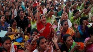 Des travailleurs indiens en grève à Bombay, ce mercredi 8 janvier 2020.