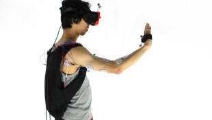 Le principe de l'électrostimulation des muscles sert à donner des sensations de toucher aux personnes portant notamment des casques de réalité virtuelle.