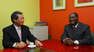 ONU declara irrefutável a vitória da oposição. Choi YJ, chefe de missão da ONU na Costa do Marfim em reunião com Alassane Ouattara em Abidjan.