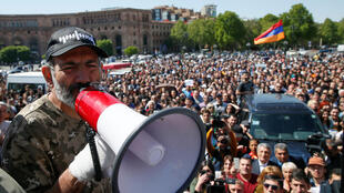 Le leader de l'opposition Nikol Pachinian s'adresse à des manifestants pendant un meeting à Erevan, le 25 avril 2018.