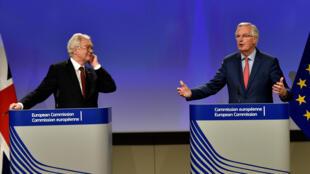 Nhà đàm phán Anh David Davis (T) và Châu Âu Michel Barnier họp báo tại Bruxelles, ngày 10/11/2017.