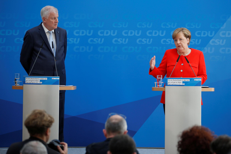 En compagnie de son allié Horst Seehofer (CSU), Angela Merkel expose leur programme commun pour les prochaines élections générales à Berlin, le 3 juillet 2017.