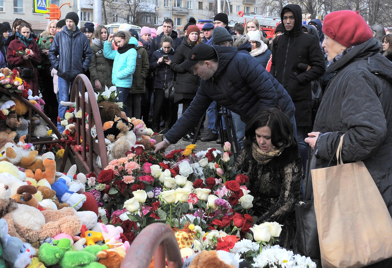 Игрушки и цветы в центре Кемерова, 26 марта 2018.