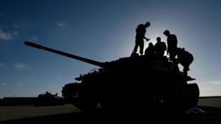 Des membres de l'Armée nationale libyenne dirigée par le maréchal Haftar, en direction de Tripoli, le 13 avril 2019.