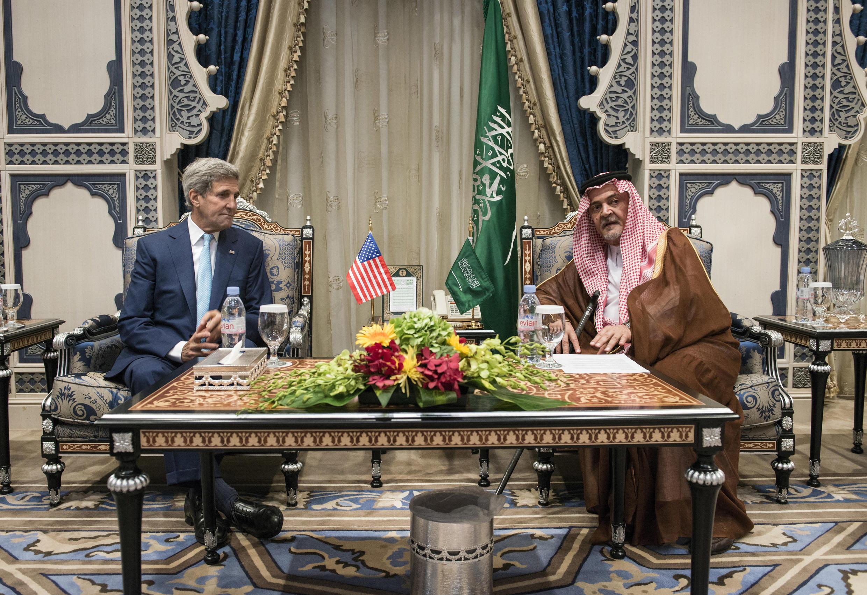 Ngoại trưởng Mỹ John Kerry được đồng nhiệm Ả Rập Xê Út hoàng thân Saoud al-Faisal, đón tại sân bay quốc tế ở Djeddah, ngày 11/09/2014.