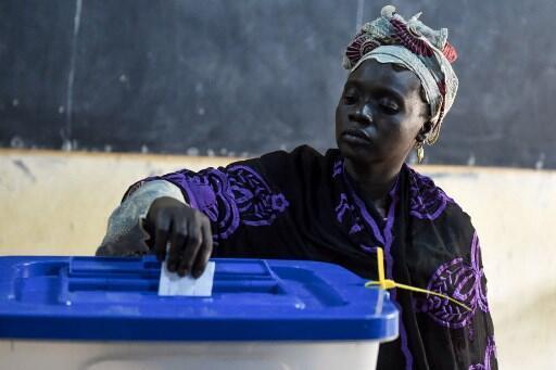 Une femme dépose son bulletin dans l'urne lors du deuxième tour de la présidentielle malienne, le 12 août 2018 à Bamako.