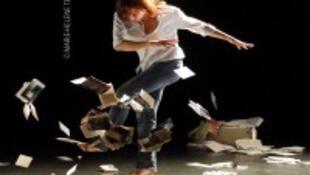 Cortex allie le mouvement, le texte et la musique live dans une envolée poétique dont l'énergie défie la spontanéité de l'enfance.