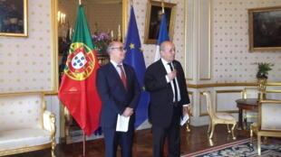 O Ministro francês da Defesa, Jean-Yves Le Drian, em companhia do seu homólogo português, José Alberto Azeredo Lopes (Paris,  3 de Maio de 2016)