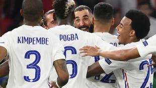 La joie de l'attaquant français Karim Benzema, félicité par ses coéquipiers, après son doublé contre le Portugal, lors de la 3e journée du groupe F à l'Euro 2020, le 23 juin 2021 à Budapest