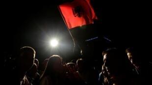 Les partisans du parti Autodétermination célèbrent leur victoire, le 6 octobre 2019 à Pristina.