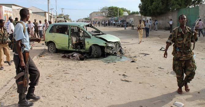 Jami'an tsaro a kusa da inda Bom ya tashi a cikin wata mota a birnin Mogadishu