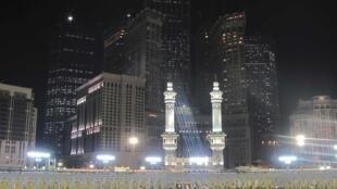 Peregrinos muçulmanos rezam no primeiro dia de jejum do Ramadã na Meca.