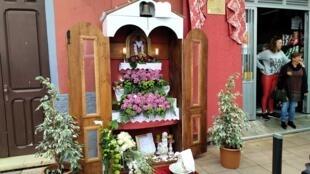 Una de las casi cien cruces que las familias y los comerciantes de Los Realejos exhiben el 3 de mayo.