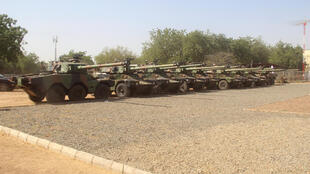 Vehículos blindados ligeros ERC 90 Sagaie cedidos por Francia a Chad, en Yamena, el 23 de enero de 2021