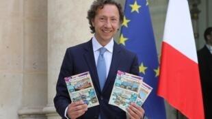 Stephane Bern et les tickets du Loto du patrimoine.