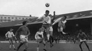 Un partido del campeonato de fútbol de Francia entre el Red Star y el Saint-Etienne jugado el 28 de enero de 1968 en el estadio de Saint-Ouen