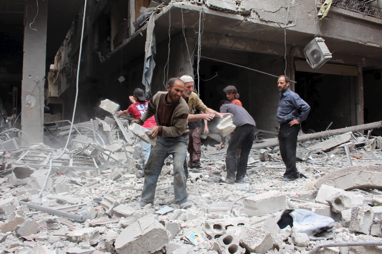 Sau một trận bom, mà dân chúng cho là do chính quyền, Ain Tarma, ngoại vi Damas, 14/05/2015.