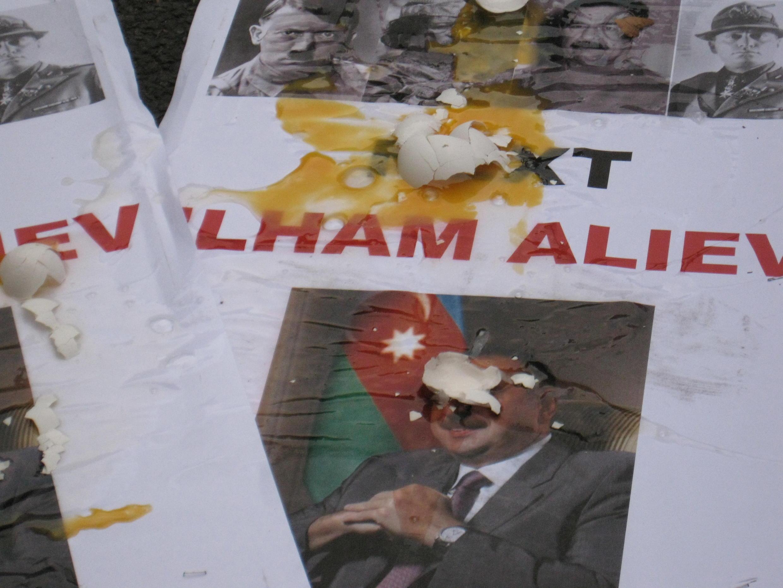 Французские армяне забросали яйцами плакат с изображением Ильхама Алиева  возле посольства Азербайджана, 18 сентября 2012 год.