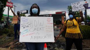 Manifestantes nas proximidades do restaurante onde morreu Rayshard Brooks, em 14 de junho de 2020 em Atlanta, Estados Unidos