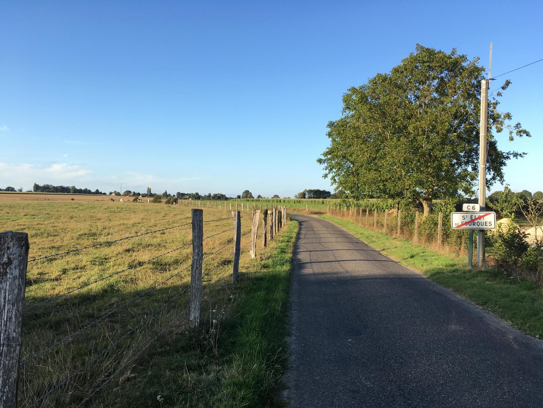 El pueblo de Saint-Eloi de Fourques, en Normandía, está rodeado de terrenos agrícolas. 3 de Septiembre de 2019.