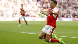 Alexis Sanchez yayin murnar zura kwallon a ragar kungiyar Manchester City a filin wasa na Wembley.