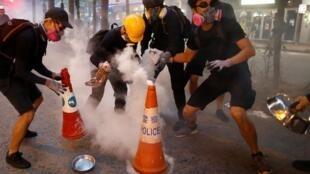 L'une des techniques désormais consacrées parmi les manifestants hongkongais pour lutter contre les gaz lacrymogènes. Hong Kong, le 11 août 2019.
