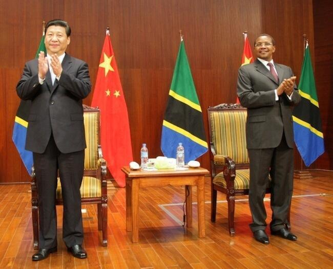 Rais wa China, Xi Jinping akiwa na mwenyeji wake rais wa Tanzania, Jakaya Mrisho Kikwete