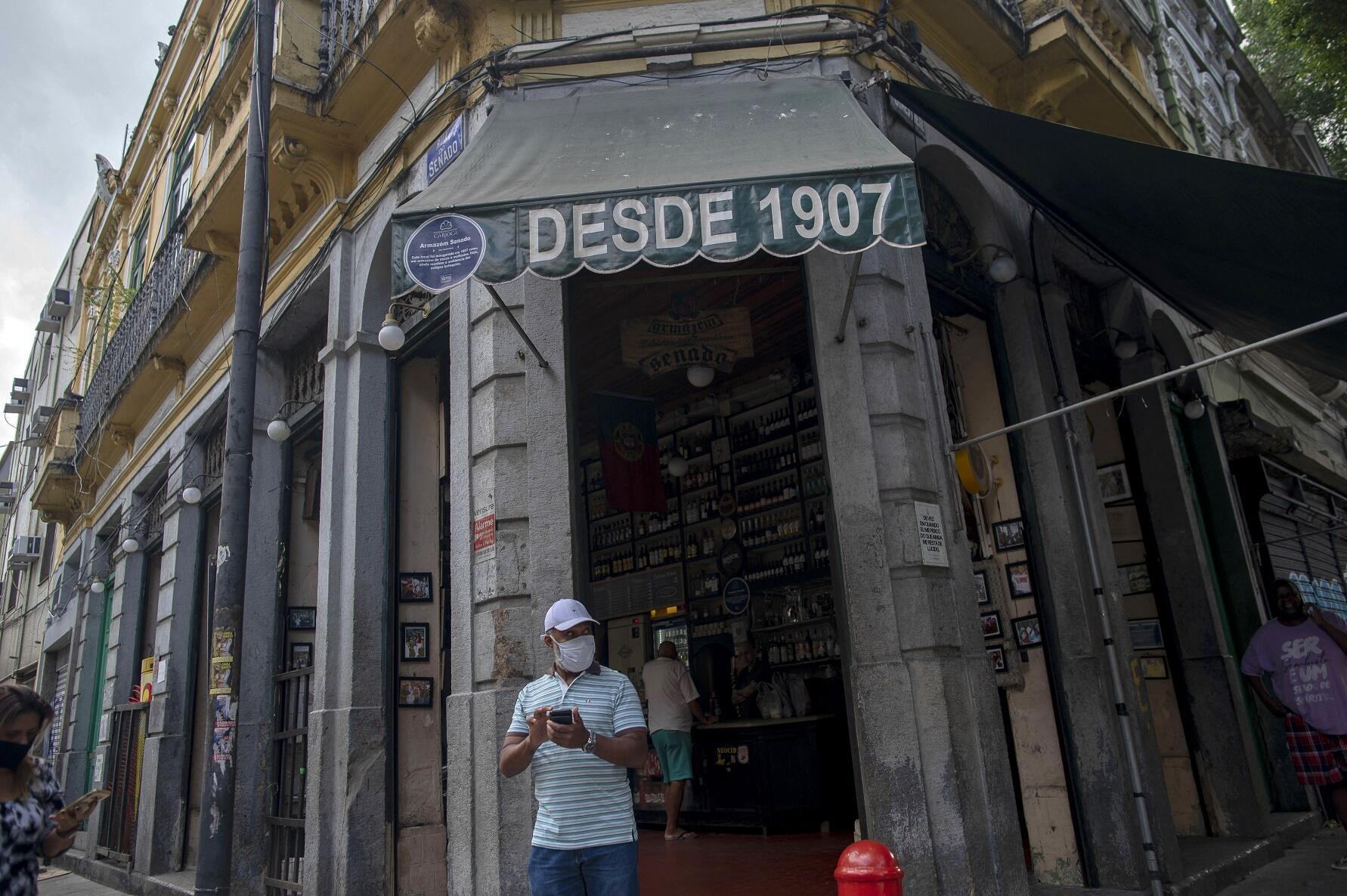 法廣存檔圖片 - Image d'archive RFI: Personne portant un masque dans une rue de Rio, au Brésil.